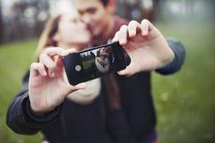 Романтичные подростковые пары принимая автопортрет Стоковая Фотография RF