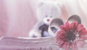 Романтичные ретро концепция влюбленности открытки, горизонтальный, цветок и книга Стоковые Фото
