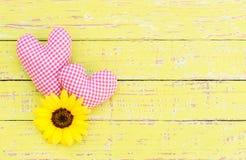 Романтичные сердца с цветением на деревянной предпосылке на Wedding или день валентинок Стоковое Фото
