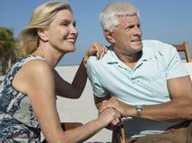 Романтичные старшие пары на пляже Стоковые Изображения