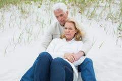 Романтичные старшие пары ослабляя на пляже Стоковая Фотография