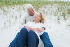 Романтичные старшие пары ослабляя на пляже Стоковые Фотографии RF