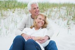 Романтичные старшие пары ослабляя на пляже Стоковое Изображение