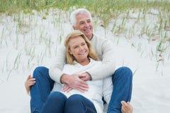 Романтичные старшие пары ослабляя на пляже Стоковое фото RF