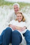 Романтичные старшие пары ослабляя на пляже Стоковое Фото