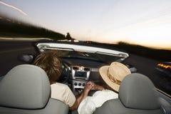 Романтичные старшие пары управляя обратимым автомобилем Стоковое Изображение