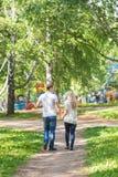 Романтичные счастливые пары в парке лета изолированная белизна вид сзади Стоковая Фотография RF