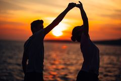 Романтичные танцы пар на улице Иметь романтичную дату Праздновать годовщину красный цвет поднял Дата дня рождения стоковое фото