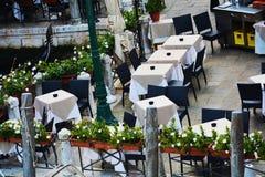Романтичные терраса и гондолы в Венеции, Италии Стоковое Изображение