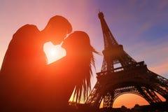 Романтичные любовники с Эйфелевой башней Стоковое фото RF
