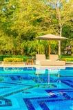 Романтичные sunbeds на бассейне Стоковые Фотографии RF