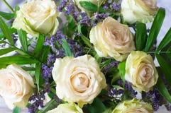 Романтичный букет роз на серой предпосылке стоковая фотография rf