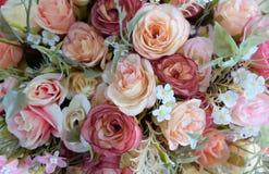 Романтичный букет свадьбы розы пастели с красной предпосылкой, ретро фильтром Стоковые Фотографии RF