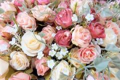Романтичный букет свадьбы розы пастели с красной предпосылкой, ретро фильтром Стоковое Фото