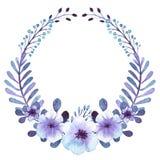 Романтичный венок с светом акварели - голубым и сиренью цветет Стоковые Изображения