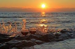 Романтичный вечер на море на заходе солнца стоковая фотография