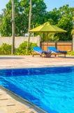 Романтичный взгляд 2 sunbeds на бассейне Стоковые Изображения RF