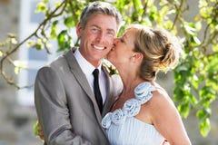 Романтичный жених и невеста обнимая Outdoors Стоковое Изображение RF