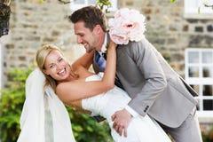 Романтичный жених и невеста обнимая Outdoors Стоковое Фото