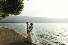 Романтичный жених и невеста пар новобрачных на пляже захода солнца около se Стоковое Фото