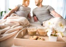 Романтичный завтрак в кровати для беременной женщины стоковые изображения