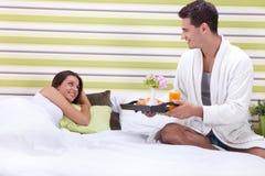 Романтичный завтрак в кровати Стоковое Фото