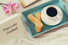 Романтичный завтрак в кровати Стоковая Фотография RF