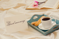 Романтичный завтрак в кровати Стоковые Фото