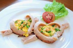 Романтичный завтрак, в форме сердц яичницы с сосиской с здравицей Стоковые Изображения RF