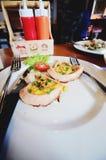 Романтичный завтрак, в форме сердц яичницы с сосиской с здравицей Стоковое Изображение