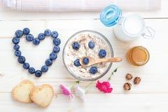 Романтичный завтрак овсяной каши, голубик, меда, молока и печениь Стоковая Фотография