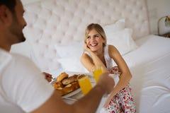 Романтичный завтрак пар в кровати Стоковое Изображение RF