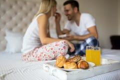 Романтичный завтрак пар в кровати Стоковые Фотографии RF