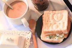 Романтичный завтрак принесенный для того чтобы положить в постель с влюбленностью Стоковое Изображение RF