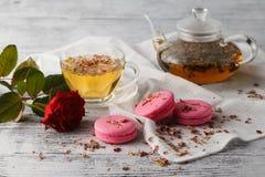 Романтичный завтрак с чашкой чаю и macaroons Стоковые Изображения