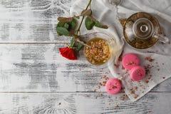 Романтичный завтрак с чашкой чаю и macaroons Стоковая Фотография