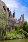 Романтичный замок рыцаря озером. Стоковое Изображение