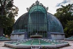 Романтичный замок Lednice с цветочным садом и orangery на летнем дне, чехии стоковые изображения rf