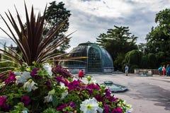 Романтичный замок Lednice с цветочным садом и orangery на летнем дне, чехии стоковое фото