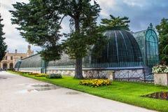 Романтичный замок Lednice с цветочным садом и orangery на летнем дне, чехии стоковые изображения