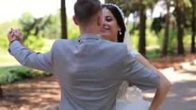 Романтичный заново пожененный вальс танцев пар в парке на их день свадьбы сток-видео