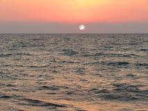 Романтичный заход солнца на море Стоковая Фотография