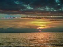 Романтичный заход солнца на пляже в Singaraja стоковые фото