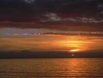 Романтичный заход солнца на пляже в Singaraja стоковое изображение