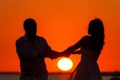 Романтичный заход солнца и силуэты любовников стоковая фотография rf