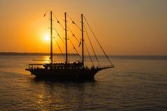 Романтичный заход солнца с парусным судном стоковые изображения rf
