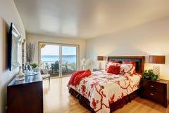 Романтичный интерьер спальни хозяев с палубой выхода Стоковое Изображение RF