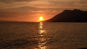 Романтичный и изумительный заход солнца на море Солнце идя вниз над горизонтом красивейше над заходом солнца моря Хорватские побе видеоматериал