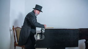 Романтичный композитор усаживая вниз на рояль видеоматериал