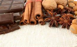 Романтичный комплект шоколада, анисовки, гаек и циннамона на белом льне Стоковое Фото